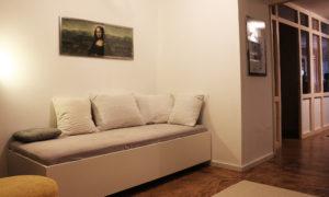 Eingangsbereich und TV Room im Level 4 Apartment