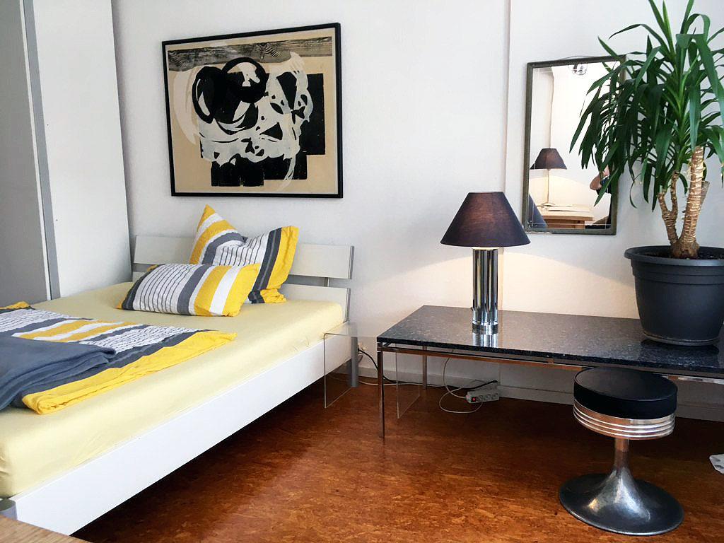 Level 4 Central - Doppelbett, Schrank, Beistelltisch