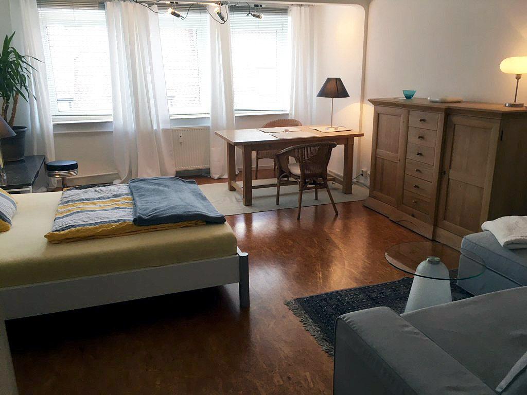 Level 4 Central - Doppelbett, Tisch, Anrichte