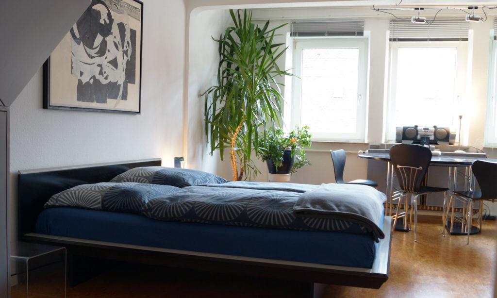 Doppelbett, Esstisch in Suite #2