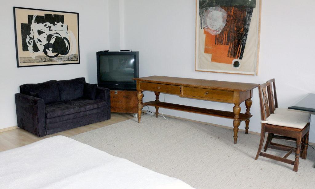 Couch, TV, Tisch in der Suite #1 - Little 4